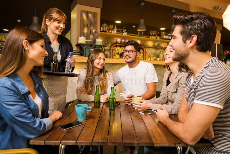 谈话与女服务员 免版税库存图片