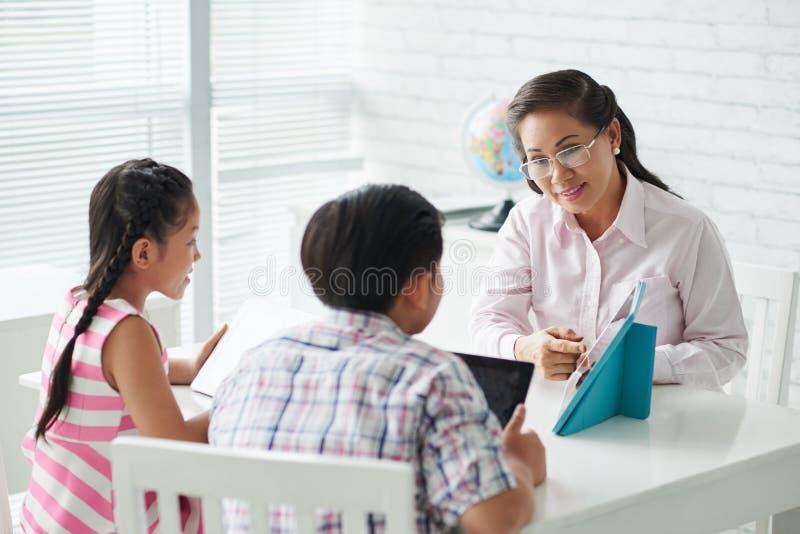 谈话与学生 免版税库存图片
