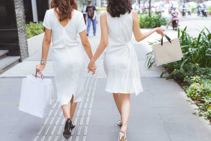 谈话两个妇女的朋友一起购物和 库存图片