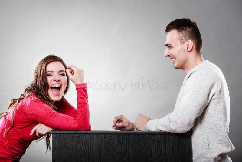 谈话和笑在日期的夫妇 交谈 库存图片