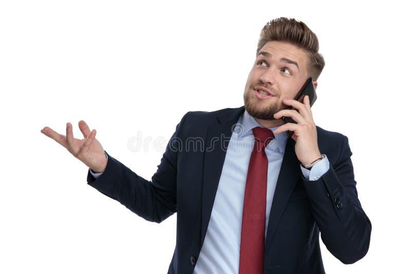 谈话和解释对他的电话的偶然商人 库存照片