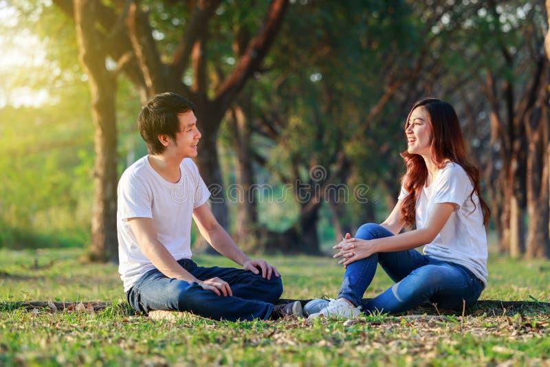 谈话和laghing在公园的年轻夫妇 图库摄影