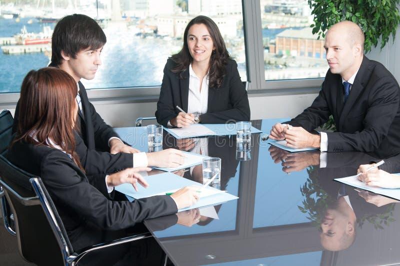 谈话在证券交易经纪人行情室 免版税库存图片