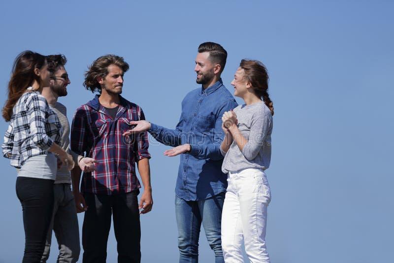 谈话小组的学生,当站立户外时 免版税库存照片