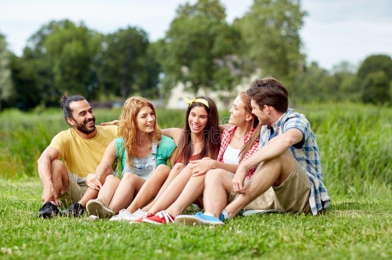 谈话小组微笑的朋友户外 免版税库存图片