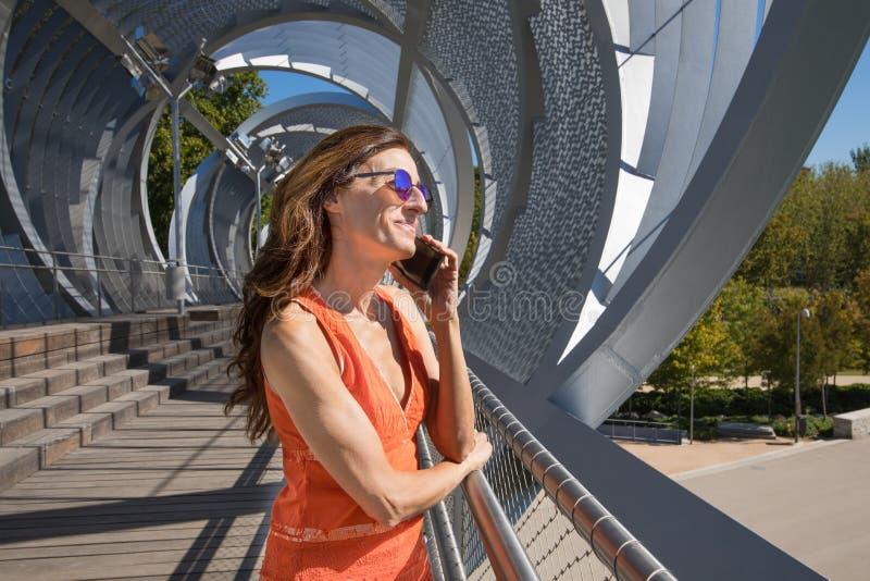 谈话的妇女在现代都市地方机动性的 库存图片