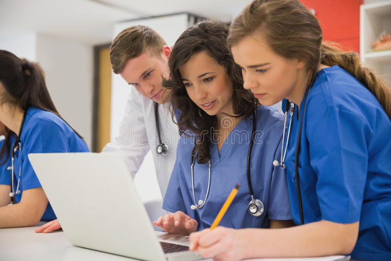 谈话的医科学生坐和 免版税库存图片