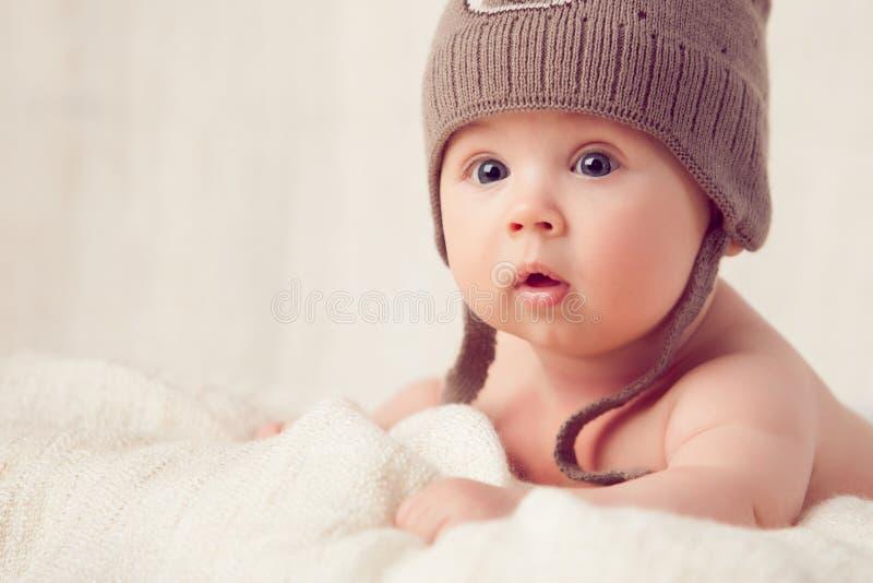 说谎在一个软的床罩的婴孩 免版税库存照片
