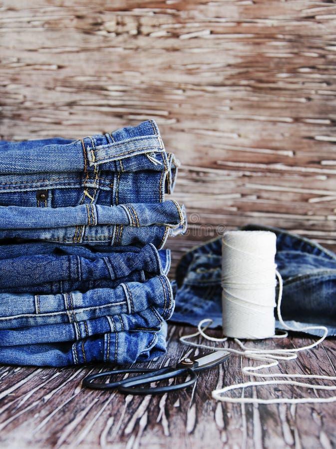 Download 说谎在一张木桌上的堆牛仔裤 库存照片. 图片 包括有 背包, 特写镜头, 木头, 模式, 生活方式, 材料 - 72355910