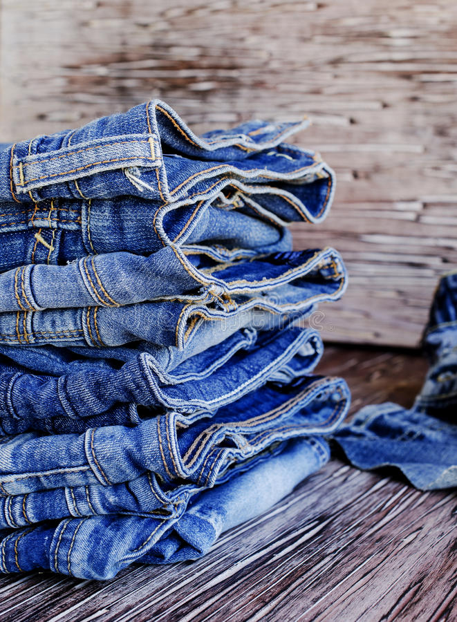 Download 说谎在一张木桌上的堆牛仔裤 库存图片. 图片 包括有 牛仔裤, 特写镜头, 方式, 抽象, 衣物, 模式 - 72364169
