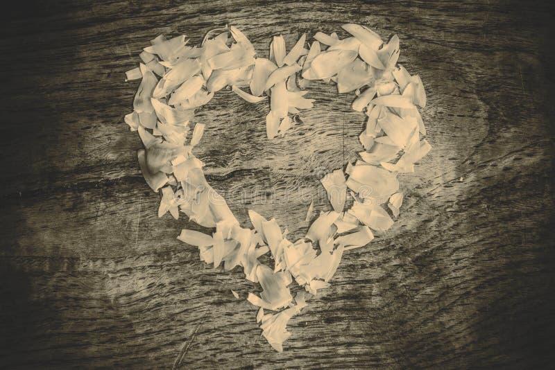 从说谎在一张木桌上的瓣的心脏 图库摄影