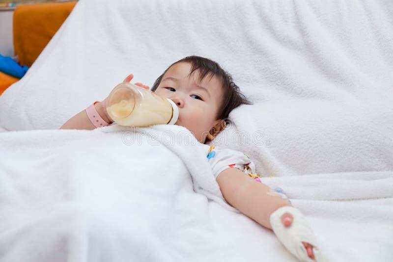 说谎在一张医疗床上的小亚裔女孩 免版税库存图片