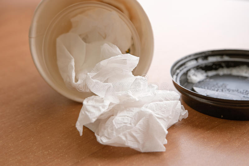 说谎在与近盒盖的木桌上的外带的咖啡杯 库存照片