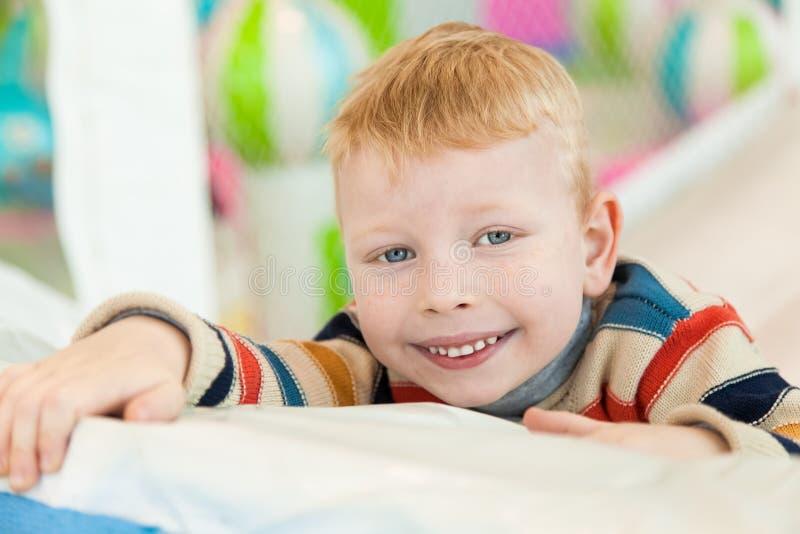 说谎在地板上的一个小男孩 免版税库存图片