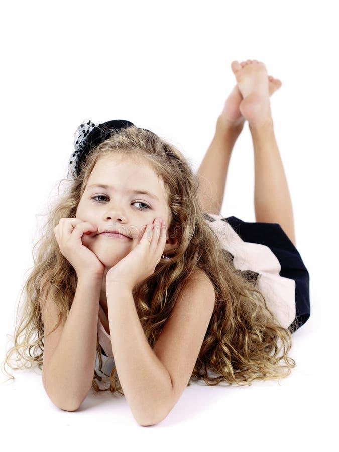 说谎在地板上的乏味富有的小女孩 免版税库存图片