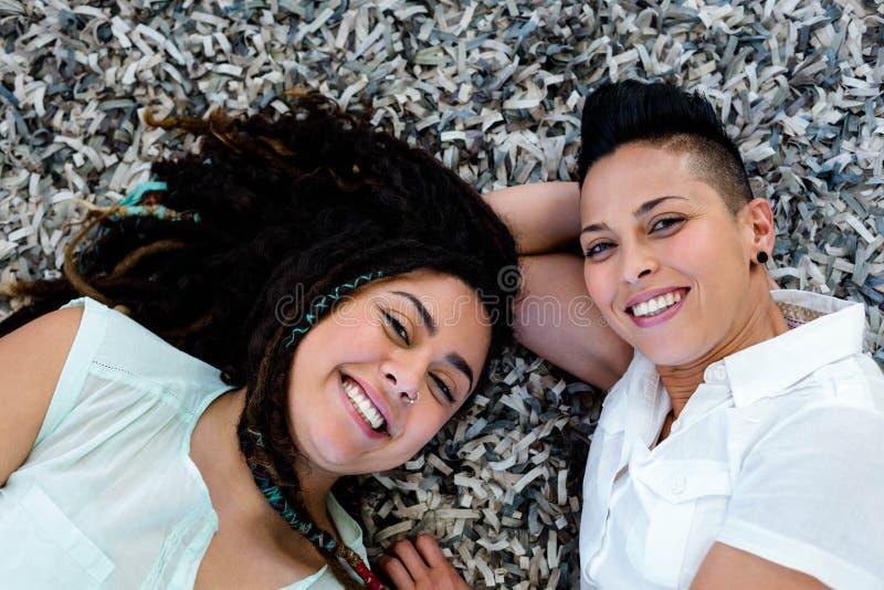 说谎在地毯的女同性恋的夫妇 免版税库存图片