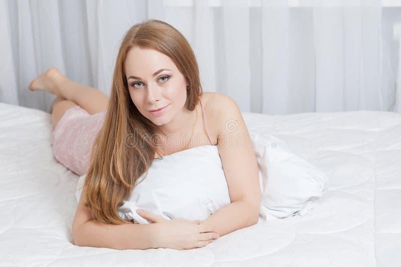 说谎在床的妇女 库存照片