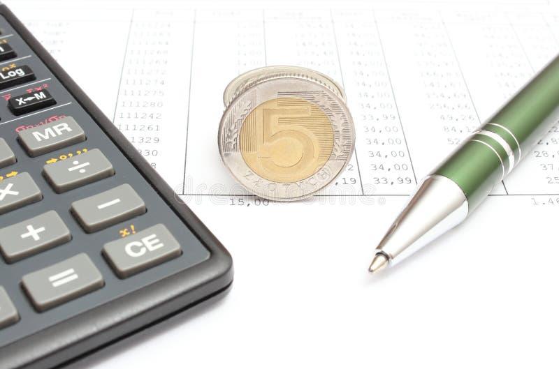 说谎在报表的金钱、笔和计算器 免版税库存照片