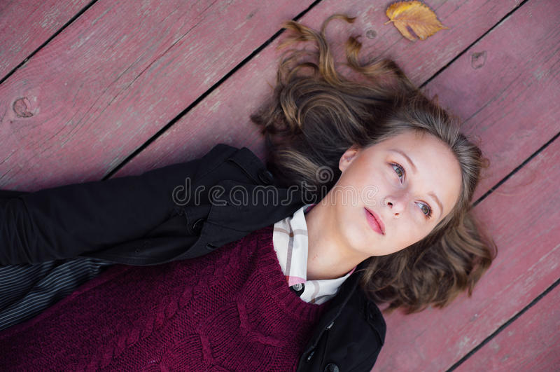 说谎在木的女孩 免版税图库摄影