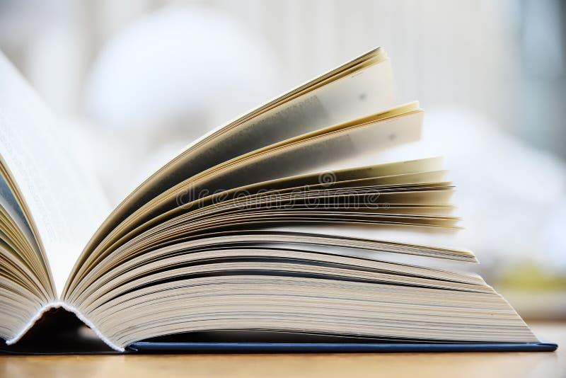 说谎在桌上的精装书在图书馆里 免版税库存图片