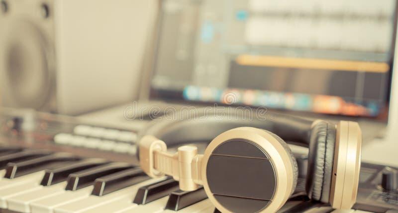 说谎在桌面上的金黄音乐演播室耳机 库存照片