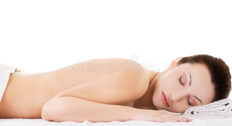 说谎在毛巾的妇女准备好按摩 免版税图库摄影