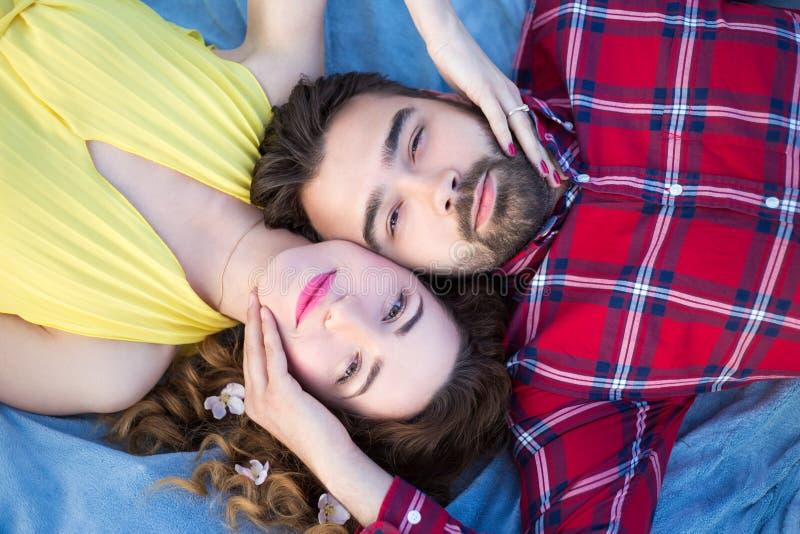 说谎在毯子的年轻美好的夫妇顶视图  免版税库存图片