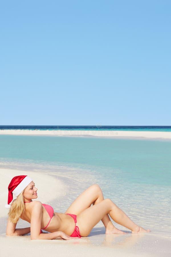 Download 说谎在海滩的妇女戴圣诞老人帽子 库存图片. 图片 包括有 天堂, 位于, 人们, 火箭筒, 沙子, 唾液 - 30329507