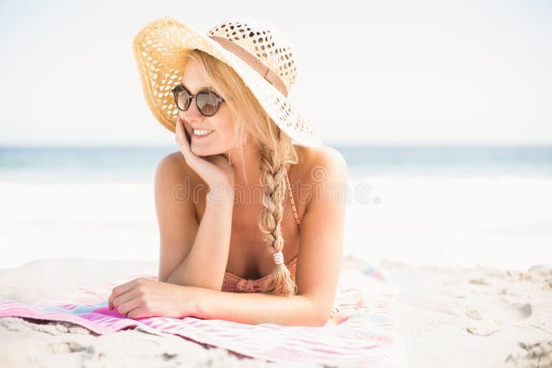说谎在海滩的愉快的妇女 库存照片