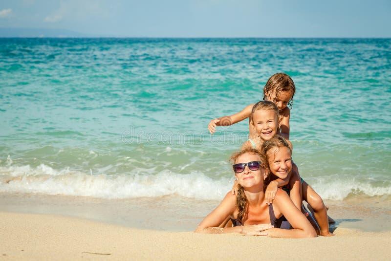 说谎在海滩的愉快的家庭 免版税库存图片