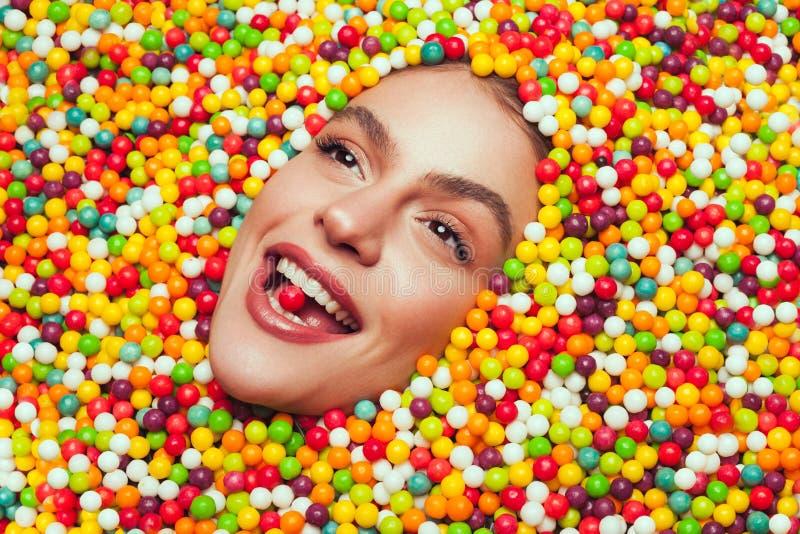 说谎在甜点的妇女 库存照片