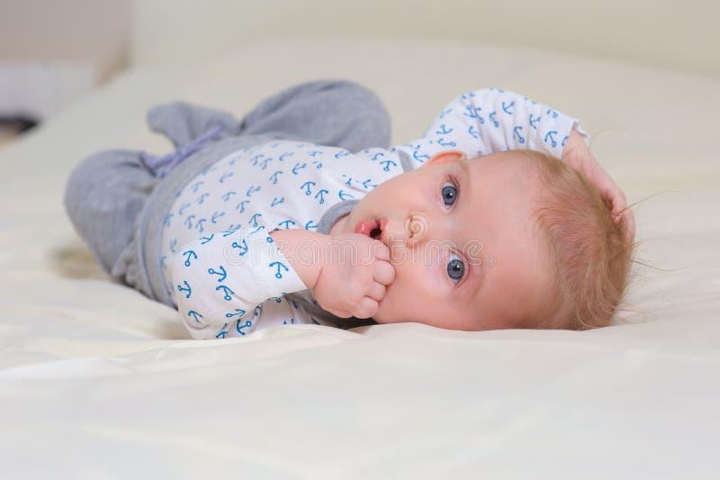 说谎在腹部的男婴 免版税库存图片