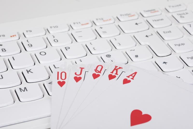说谎在键盘的纸牌 免版税库存照片