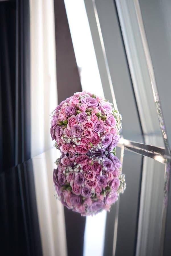 说谎在镜子背景的五颜六色的花新娘花束  免版税库存图片