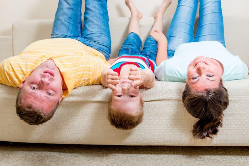 家庭成人_说谎在长沙发的一个愉快的家庭的画象
