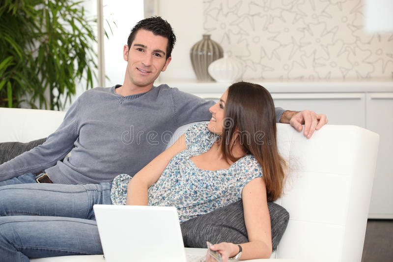 说谎在长沙发的夫妇 免版税库存照片