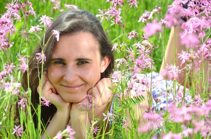 说谎在gorgeo的美丽的可爱的深色的女孩 免版税库存照片