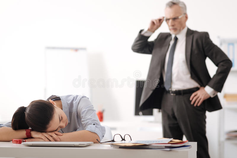 说谎疲乏的办公室工作者她的在手上的头 库存图片