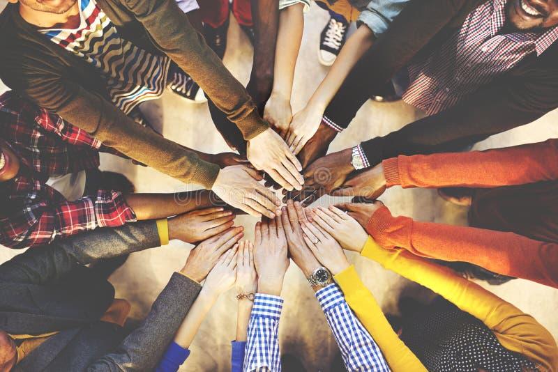 说谎的人们下来不同种族的小组团结友谊概念 库存照片