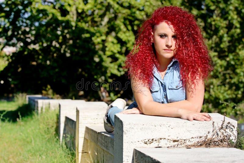 说谎的红色卷发称呼了青少年 图库摄影