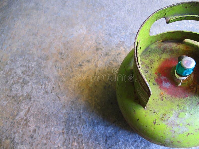 谏义里,印度尼西亚- 2018年12月01日:在水泥地板上的Pertamina小汽油箱 免版税库存照片