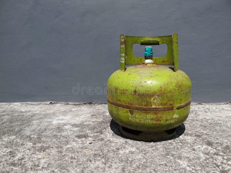 谏义里,印度尼西亚- 2018年12月01日:Pertamina制冷剂瓶 免版税图库摄影
