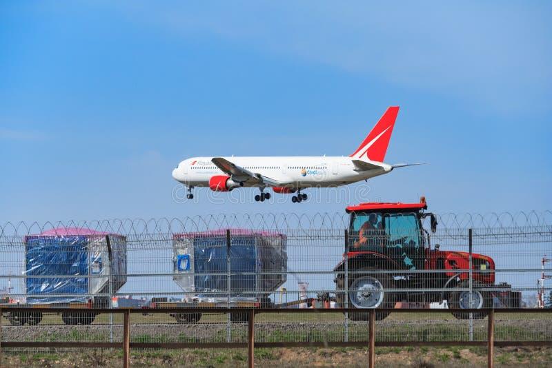 谢列梅,俄国航空公司`皇家飞行`的航空器准备对登陆在设备维护上微型拖拉机  库存照片