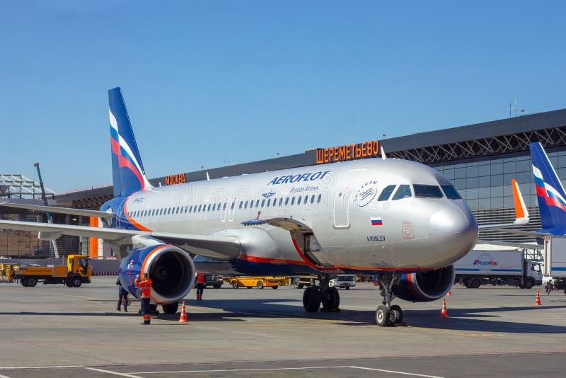 谢列梅,莫斯科地区,俄罗斯- 2019年4月28日:苏航航空公司飞行飞机在谢列梅等候上的乘客 库存照片