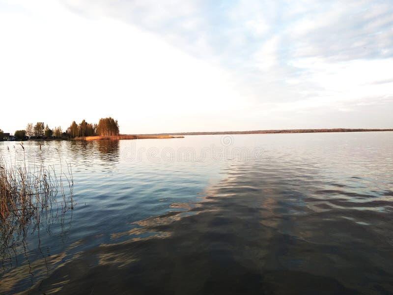 谢利格尔湖在一个温暖的春日 免版税库存图片