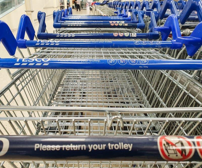 谢菲尔德,英国- 2019年3月20日:购物台车在一个特易购超级市场里面的一条线停放了在谢菲尔德 免版税图库摄影