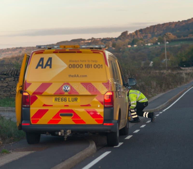 谢菲尔德,英国- 2018年10月20日- AA修理搬运车和技工在路的边 免版税库存图片