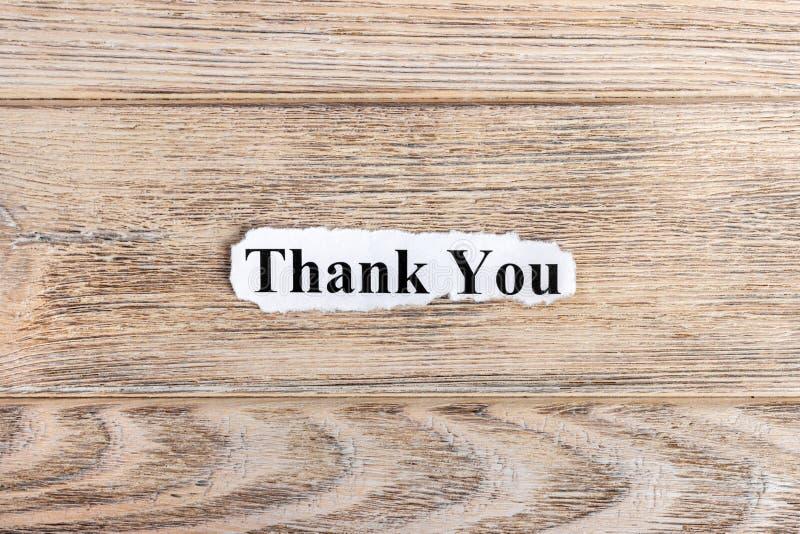 谢谢发短信在纸 词感谢您被撕毁的纸的 com概念小雕象图象其它正确的常设文本 库存图片