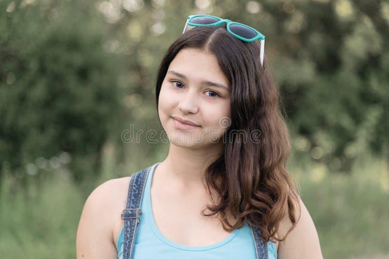 谦虚青少年的女孩画象在自然夏天图片