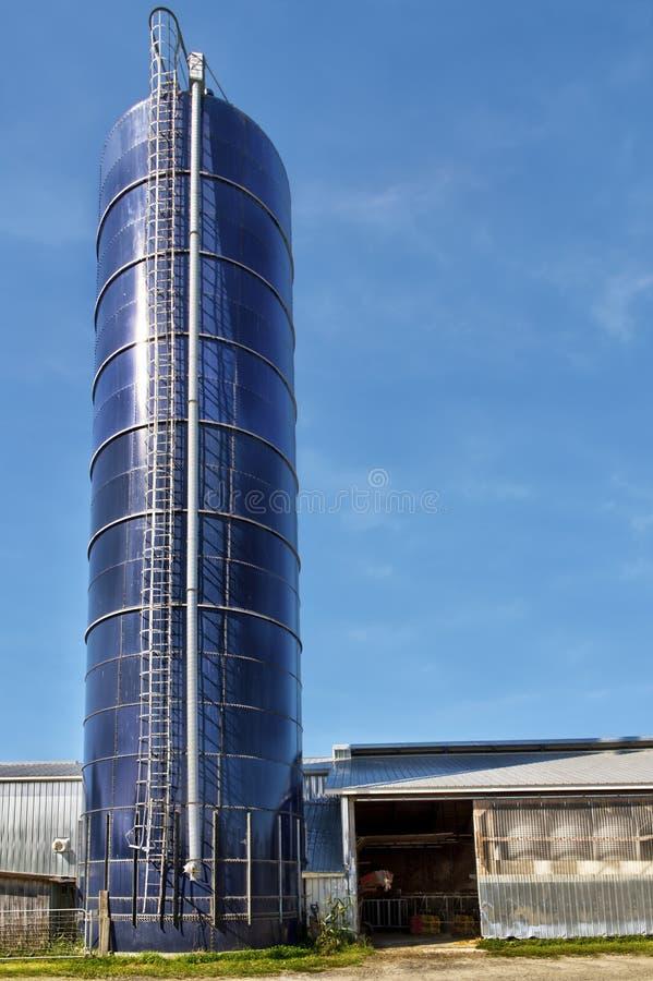 谷仓和谷粮仓在天空蔚蓝在背景中 库存图片